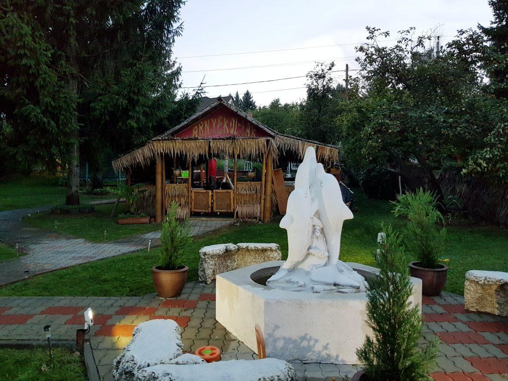 Mátyás Király nyuddíjas ház kerti szobor
